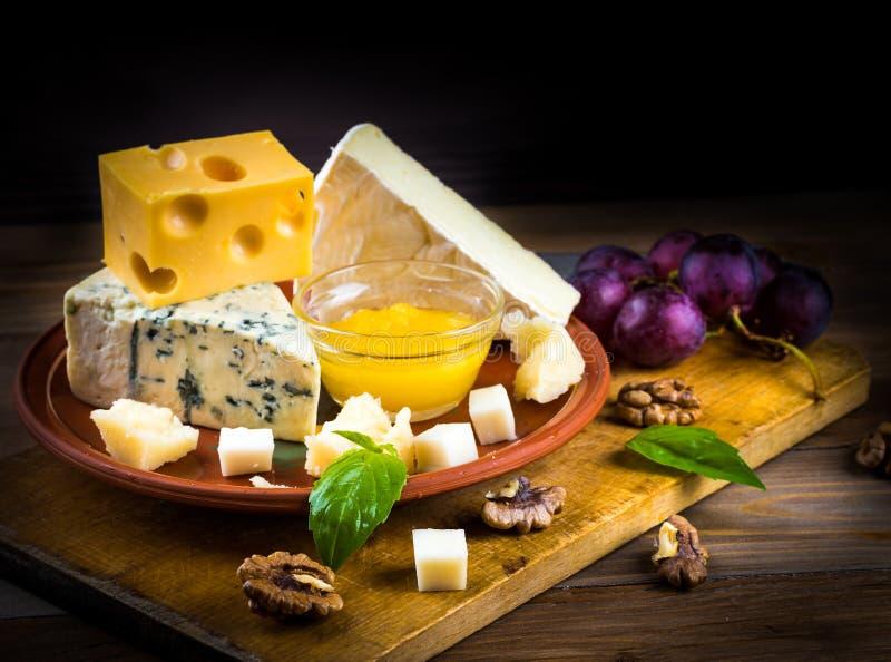 Verschillende verscheidenheden van kaas met okkernoten stock afbeeldingen