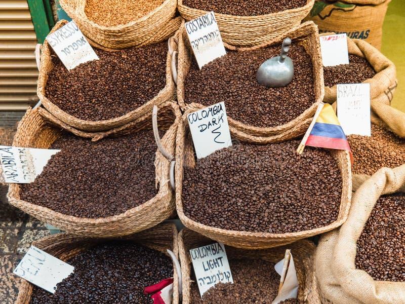 Verschillende verscheidenheden van koffie in de bazaar stock foto