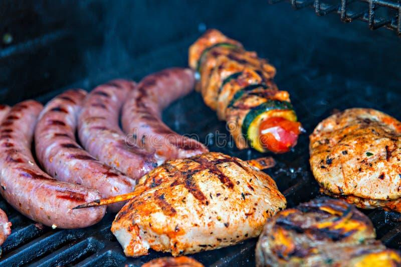Verschillende vlees en worst op barbecue royalty-vrije stock afbeeldingen