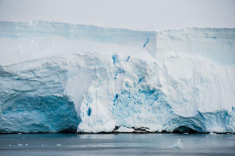 Verschillende vormen van ijsbergen, Antarctica stock afbeeldingen