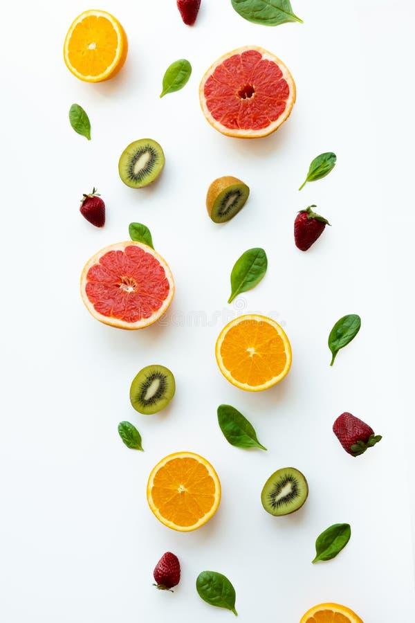 Verschillende vruchten op witte achtergrond Gezond en vers concept Kleurenvruchten royalty-vrije stock afbeelding