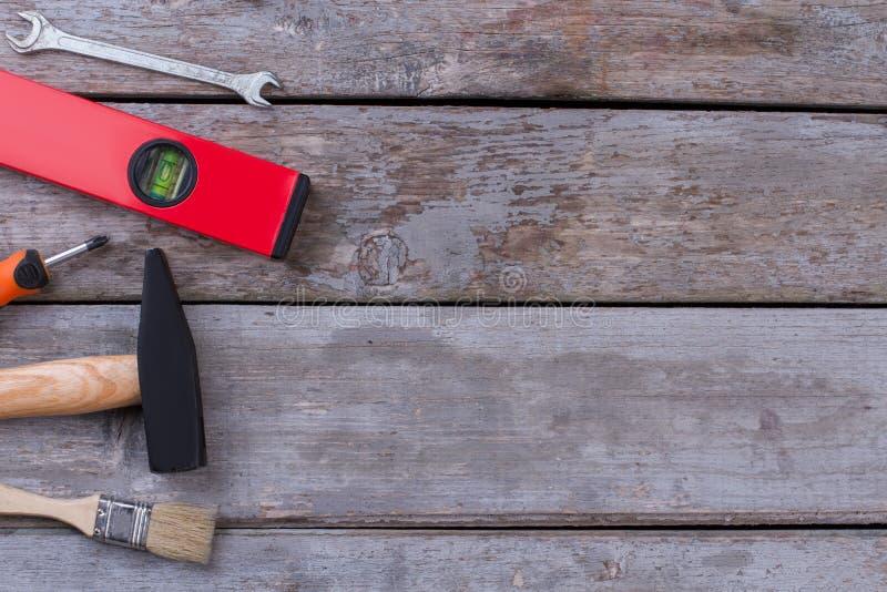 Verschillende werkende hulpmiddelen op rustieke houten raad stock afbeeldingen