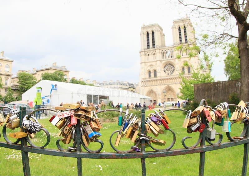 Verschlüsse der Liebe durch Notre Dame stockbild