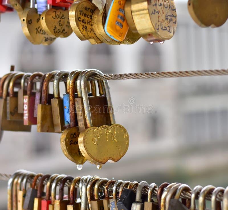 Verschlüsse mit Regen fällt auf eine Brücke für Leute in der Liebe stockfoto