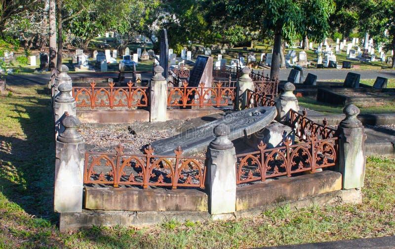 Verschlechtertes Grab mit gefallener Finanzanzeige und rostigem Begrenzungszaun in Toowong-Kirchhof nahe Brisbane Queensland Aust lizenzfreie stockfotos