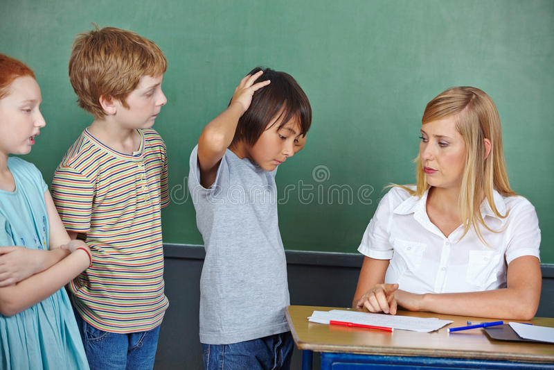 Verschlechterungsgrad des Studenten in der Schule lizenzfreies stockfoto