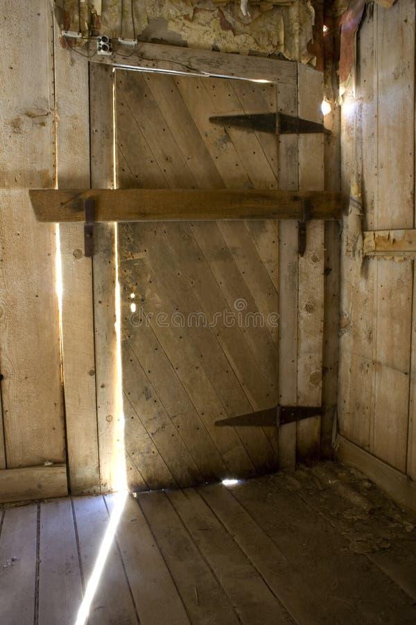 Verschlossene Tür der alten Öffnung stockbilder