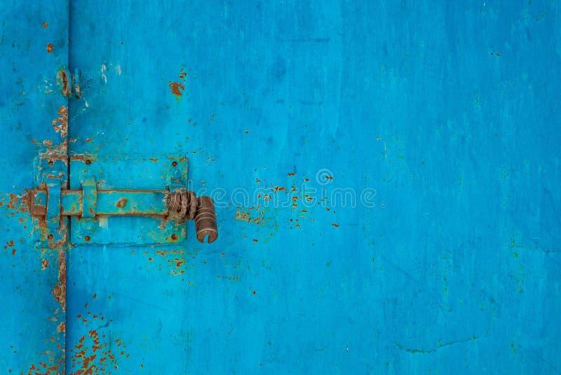 Verschluss auf dem blauen alten Eisentor stockbilder