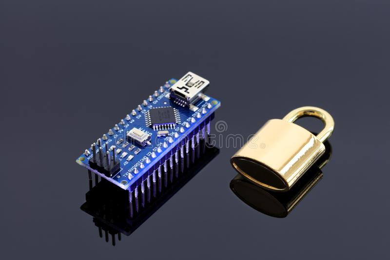 Verschluss nahe dem Computer-Chip - das Konzept der elektronischen Datensicherheitstechnologie stockbilder