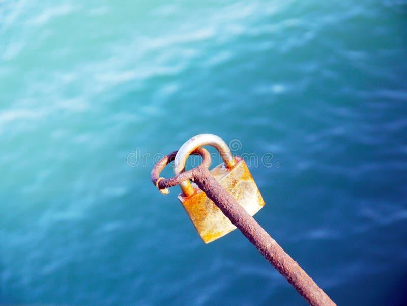 Verschluss zugeschlossen mit Schlüssel lizenzfreies stockbild