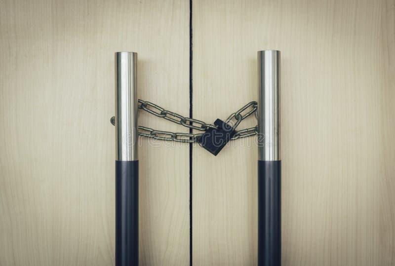 Verschlusskette an der Tür stockfotografie