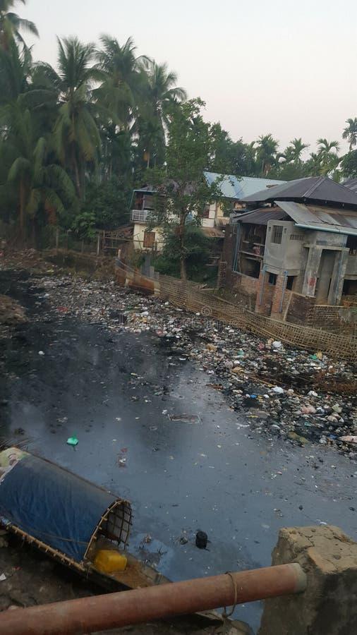 Verschmutztes Wasser auf Myanmar stockbilder