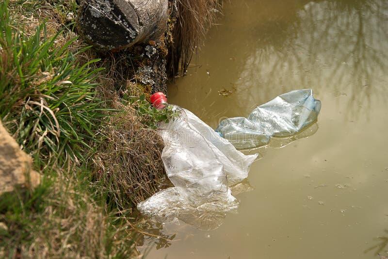 Verschmutzung des Plastiks im Wasser ?bersch?ssige Plastikfl??e im Wasser Umweltfreundliches Transportmittel und erneuerbare Ener stockfoto