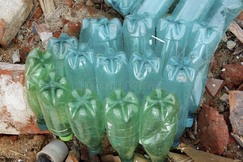 Verschmutzung von verschmutzten Plastikflaschen Kunststoffabfälle und Baustellenabfälle stockbild