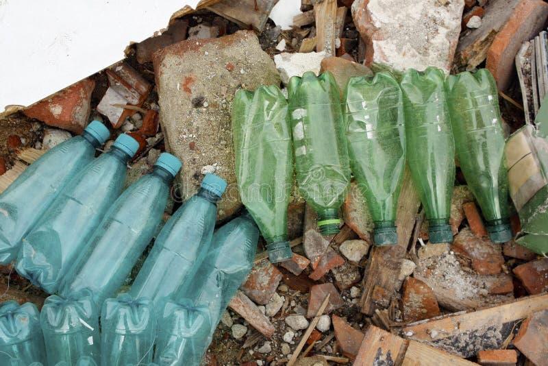 Verschmutzung von verschmutzten Plastikflaschen Kunststoffabfälle und Baustellenabfälle stockfoto
