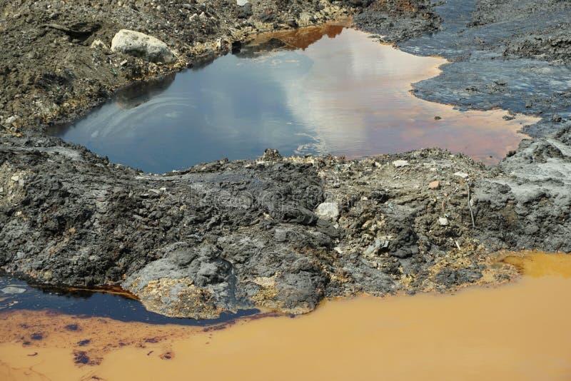 Verschmutzungsboden und Wasserfleckenölverschmutzung, ehemaliger Dumpgiftmüll, Effektnatur von verseuchtem Boden und lizenzfreie stockfotos