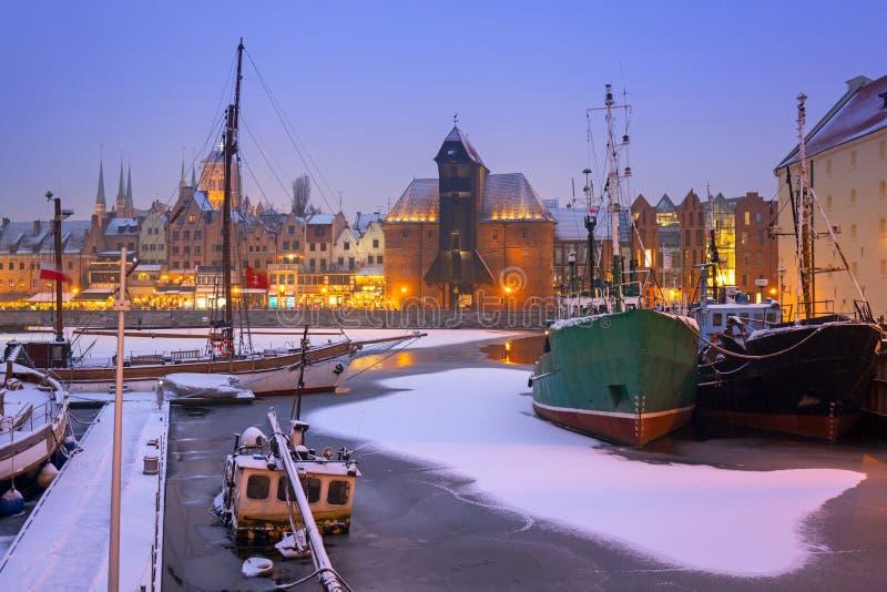 Verschneiter Winter in der alten Stadt von Gdansk mit gefrorenem Motlawa-Fluss, Polen stockfoto