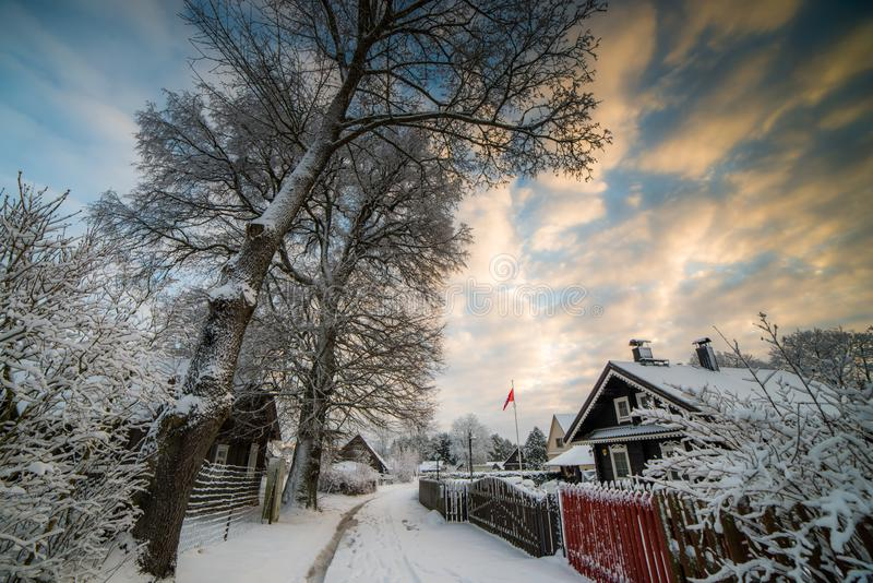 Verschneiter Winter in Europa-Dorf stockfotografie