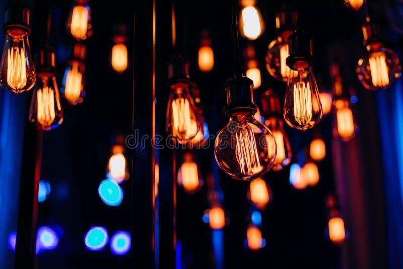 Verschob dekorative Gruppengirlande Edison-Lampen Drähte lizenzfreie stockfotos