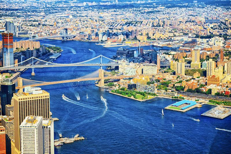 Verschobene Brooklyn-Brücke über dem East River New York stockfotos