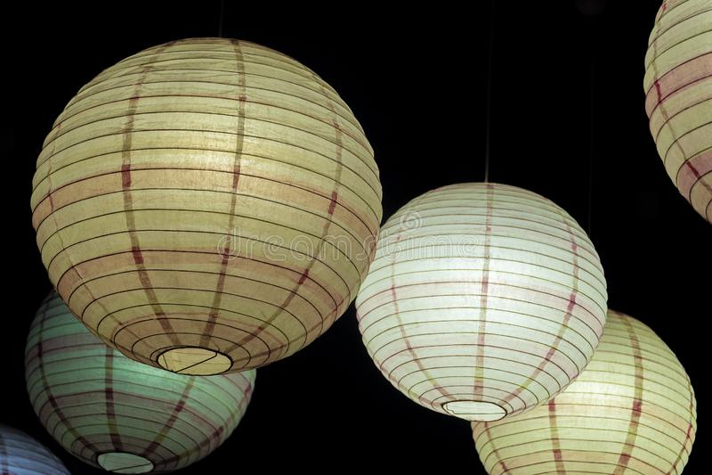 Verschobene Kugellampen leuchtend in der Dunkelheit lizenzfreies stockfoto