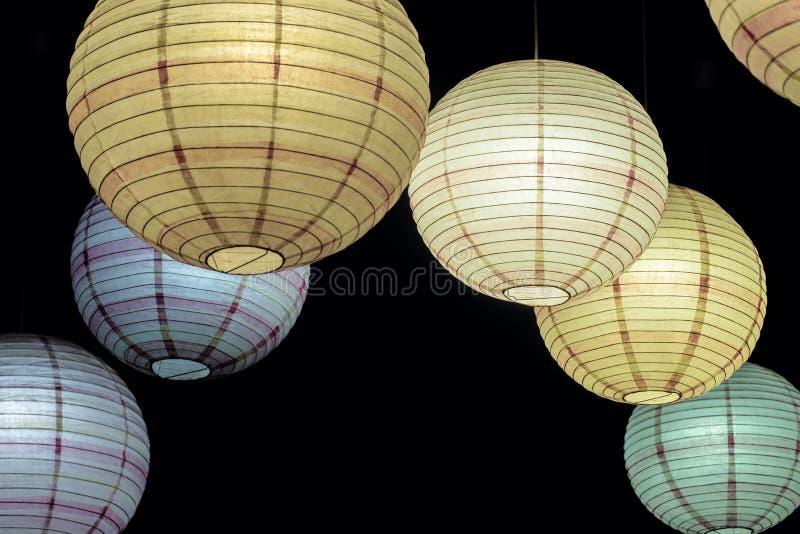 Verschobene Kugellampen leuchtend in der Dunkelheit stockbilder