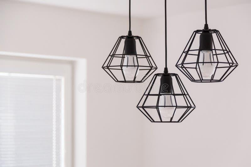 Verschobener Leuchter in der Dachbodenart in einem modernen Hausinnenraum lizenzfreie stockfotos