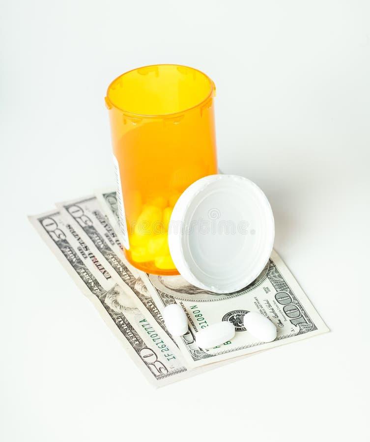 Verschreibungspflichtige Medikamente in einem Behälter mit einem hunderd Dollarschein und lizenzfreies stockfoto