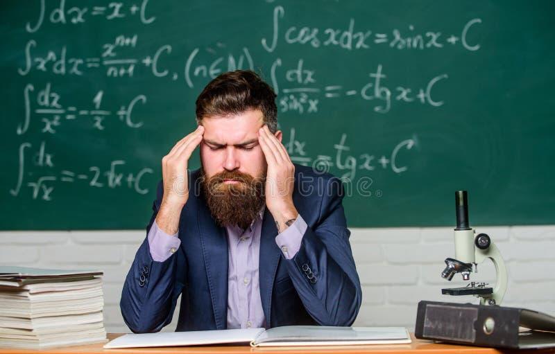Verschrikkelijke hoofdpijn Leraar heeft hoofdpijn Gedekte man lijdt aan hoofdpijn Hoofdpijn en migraine Gezondheidsprobleem royalty-vrije stock afbeeldingen