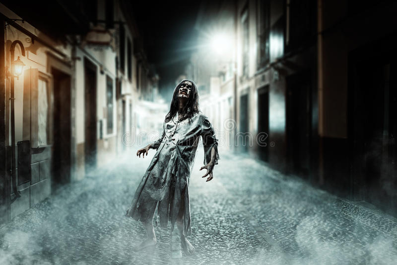 Verschrikkingszombie op de straat Halloween royalty-vrije stock afbeeldingen