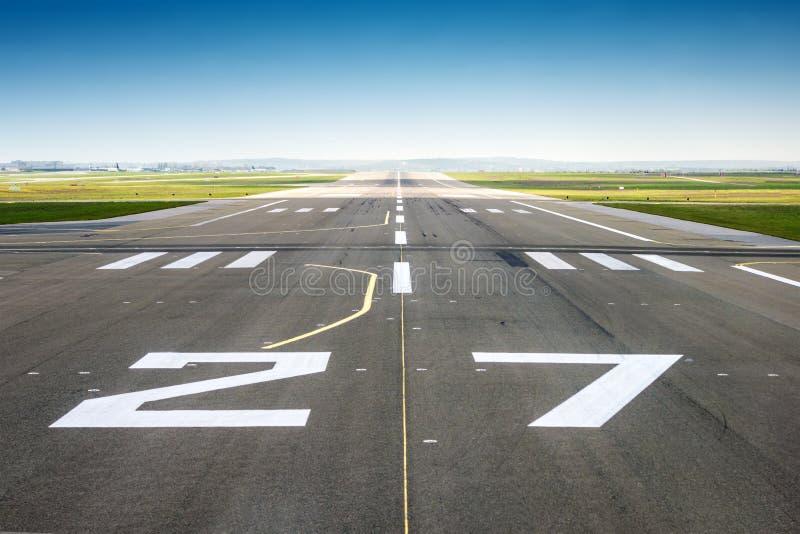 Verschwindener Gesichtspunkt von einer Flughafenbahn lizenzfreies stockbild