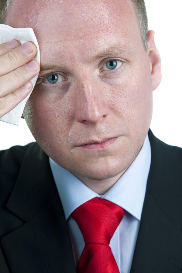 Verschwitzter Geschäftsmann, der Stirn abwischt lizenzfreie stockbilder