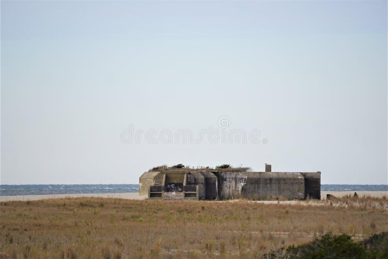 Verschwundener Bunker aus dem Zweiten Weltkrieg an der Küste New Jerseys lizenzfreies stockfoto