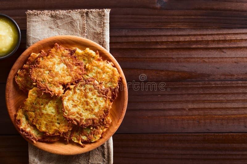 Verse Aardappelpannekoeken of Fritters stock fotografie