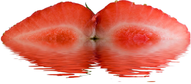 Verse aardbei die in half ondergedompeld in water wordt gesneden royalty-vrije stock afbeeldingen