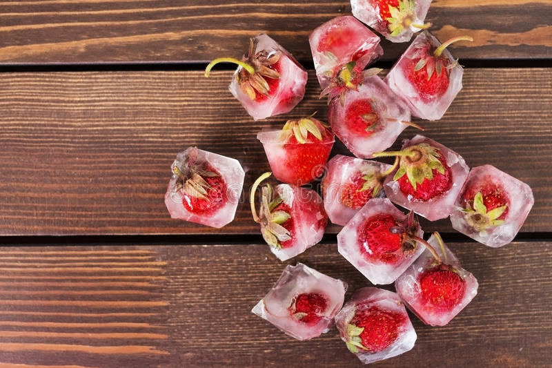 Verse aardbei in ijsblokje stock foto