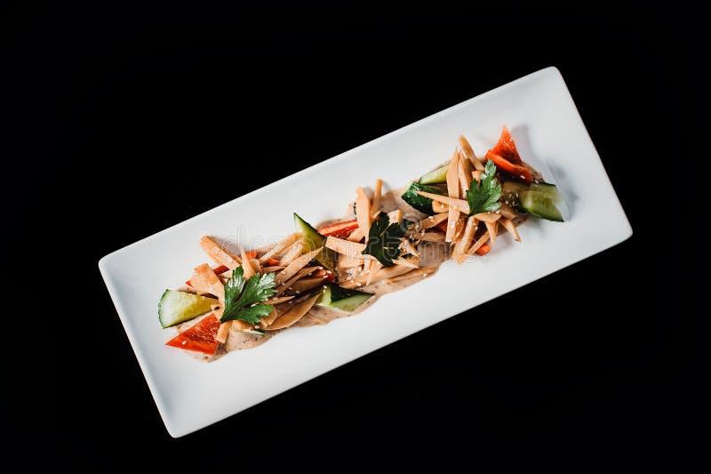 Verse aardbei kruidige salade op een rechthoekige plaat op een zwarte achtergrond royalty-vrije stock foto's