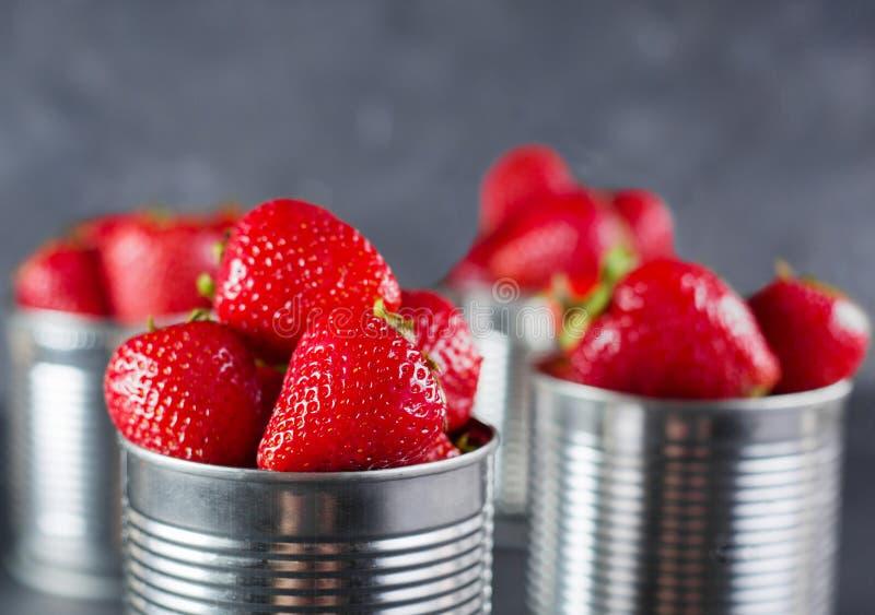 Verse aardbei op grijze achtergrond Dessert met aardbeien Aardbeien in de ijzerpot stock afbeelding