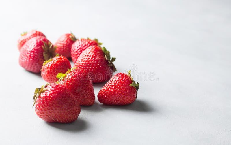 Verse aardbei op grijze achtergrond Rode aardbei Los gelegde aardbeien in verschillende posities royalty-vrije stock foto
