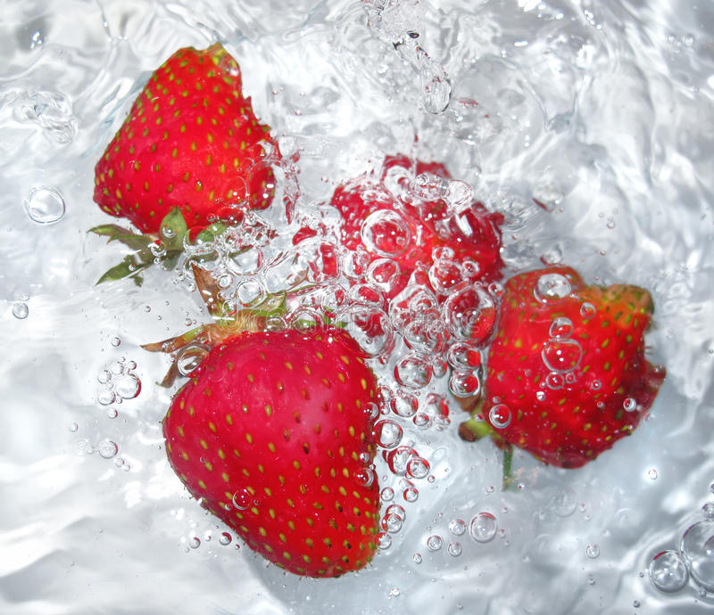 Verse aardbei in water stock foto