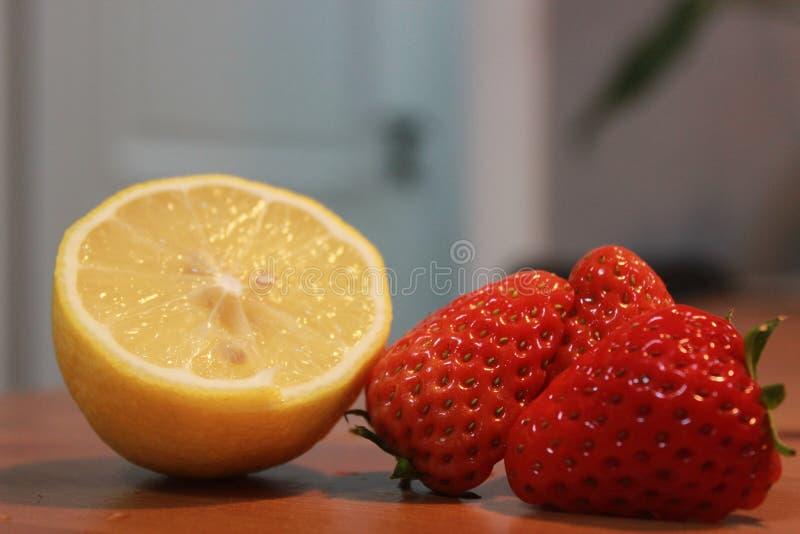 Verse aardbeibeelden één, gesneden twee, drie, met citroenen royalty-vrije stock foto's