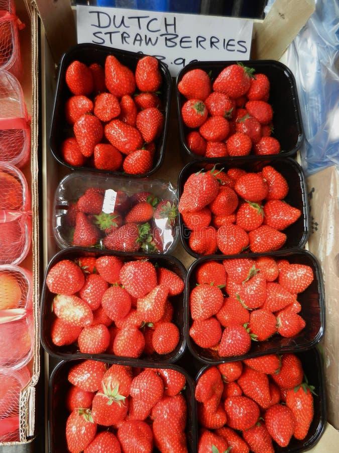 Verse aardbeien klaar voor consumptie stock afbeelding