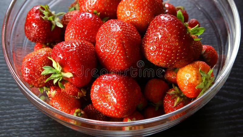 Verse aardbeien in kom stock fotografie