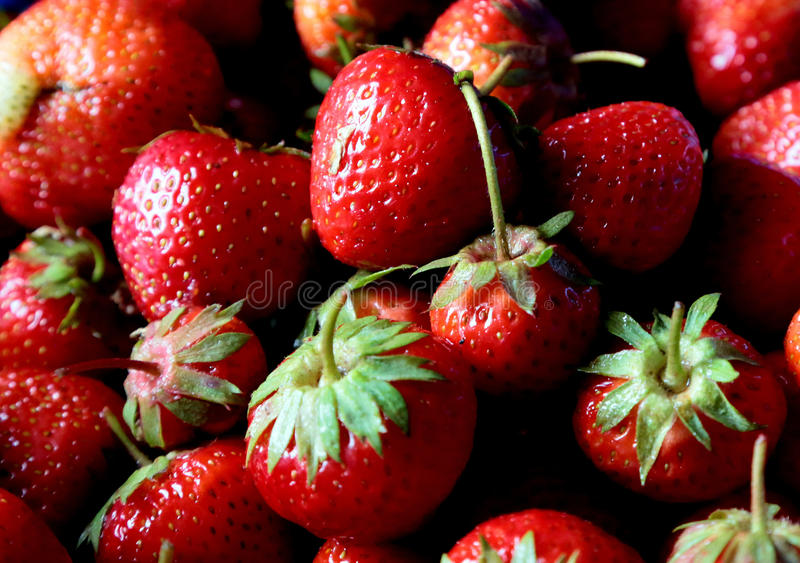 Verse aardbeien in markt stock foto