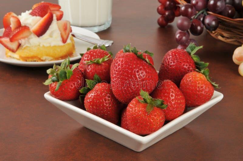 Verse aardbeien met shortcake stock fotografie