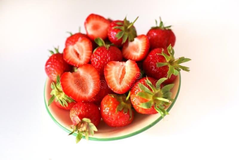 Verse aardbeien op witte achtergrond stock afbeelding