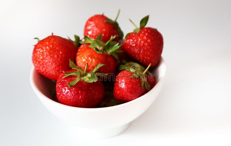 Verse aardbeien op witte achtergrond stock foto