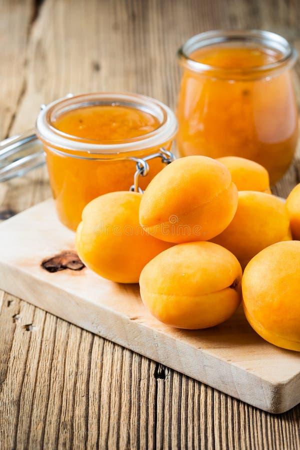 Verse abrikozen en eigengemaakt abrikozenchutney in een glaskruik royalty-vrije stock fotografie