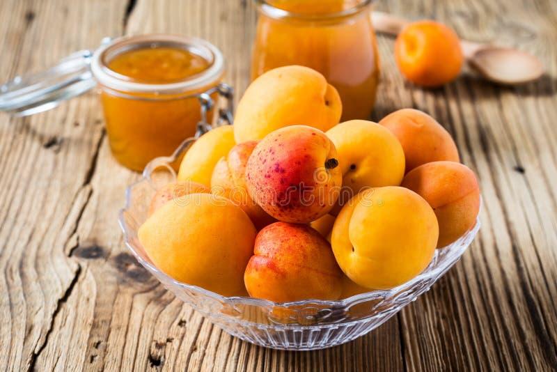 Verse abrikozen in glaskom en eigengemaakt abrikozenchutney stock fotografie