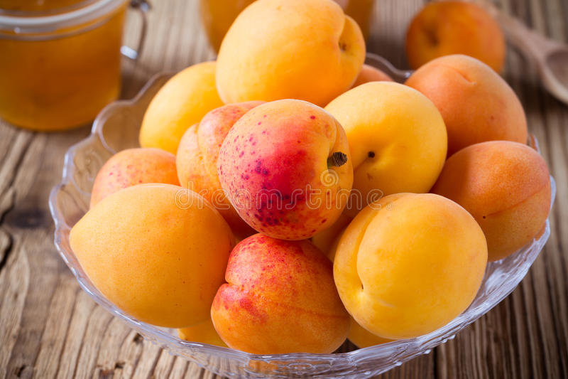 Verse abrikozen in glaskom en eigengemaakt abrikozenchutney royalty-vrije stock fotografie